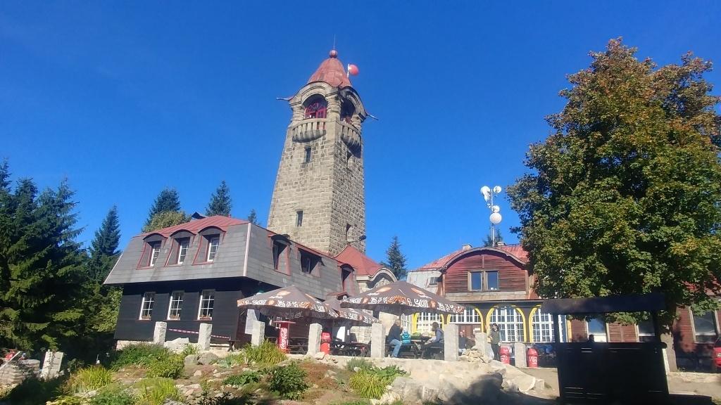 Kamenná věž stojí od roku 1905 na 869 metrů vysokém kopci nazvaném Černá Studnice