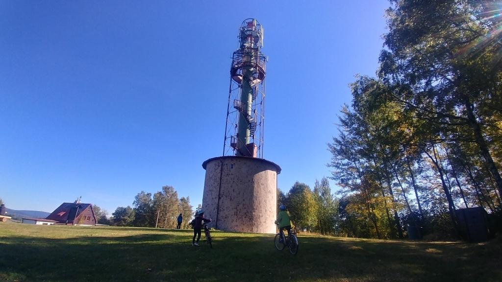 Nedaleká rozhledna Nisanka je dnešní druhou rozhlednou. Vyhlídka se nachází ve výšce 24 metrů, a to já si ráda odpustím :-)