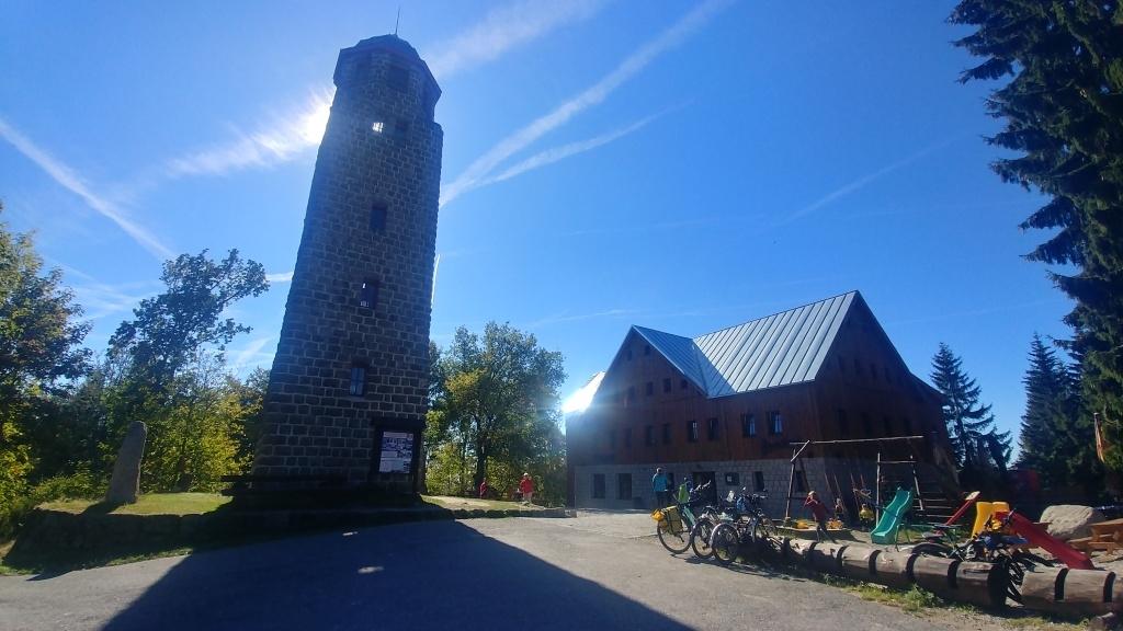 A pak vzhůru na rozhlednu Bramberk, která stojí nad Horním Maxovem ve výšce 787 m n.m.