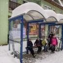 Druhý den chumelí, od noci připadlo dalších 10 - 15 cm sněhu. Slíbila jsem všem, že dnešní den bude víc odpočinkový. Autobusem se plánujeme přesunout na zastávku Kořenov, Příchovice, Motorest.