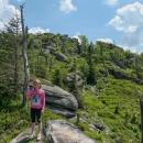 Vlevo Polední kameny, tam míříme... Jsou lehce přes tisíc metrů vysoko.