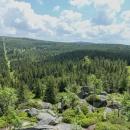 Vyhlídka z Poledních kamenů směr centrální Jizerské hory (nalevo Smědavská hora, napravo za ní vykukuje Jizera)