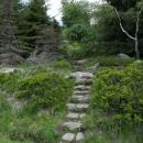 Nebeský žebřík vede po vyskládaných kamenech.