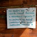 Za osadou Hamernice skončila cyklotrasa, a začaly pěkné louky a na nich skautské tábory - s vtipnými nápisy v kadibudce :-)