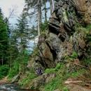 Na mapě je zakreslená čárkovaná cesta až pod hrad Pěčín, lákalo nás ji prozkoumat. Musel se akorát přelézt kratičký skalnatý úsek...