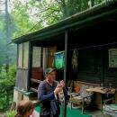 Na louce, na které pěšinka vyústila, stály asi tři chatky. V jedné se kouřilo z komína, velice příjemný pán nám nalil (tedy jenom Luďkovi) domácí zázvorovici a nabídl bublaninu :-)