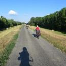 Projeli jsme Szegedem a první kilometry nás vedly po hrázi podél řeky Maros. Po horách ani památky, zato horko a dusno! Na zdolání Karpat máme poctivou startovní výšku 70 metrů nad mořem :-)