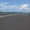 A na druhém břehu nás čekalo překvapení. Najeli jsme na právě budovanou dálnici a měli tak na dlouhé kilometry nejširší cyklostezku na světě jen sami pro sebe :-)