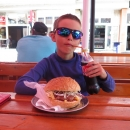 A takhle to vypadalo :-) Připomnělo nám to Pavlův hamburger před lety v Glucholazech :-) Kupodivu si s tím Víťa poradil.
