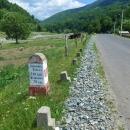Vyhlášené rumunské patníčky nikdo neudržuje. Označují kilometry do nejbližší vsi a do vzdálenějšího většího cíle. Tady v horách je to někdy trochu dále...