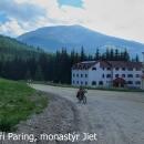 Pokud pojedete na transalpinu od Petrosani, jako první musíte zdolat sedlo pasul Soapa Greaca, 1575 metrů. Závěrečných 5 km už není asfalt. Cesta vede kolem kláštera Jiet.