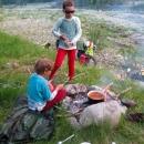 Večeři vaříme na ohni.