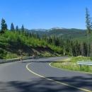 Silnice vede zprvu v pásmu lesa, brzy ale nad les vyjede a objeví se první výhledy.