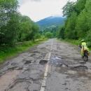 """""""Tatínku, co myslíš, že je horší? Rumunská panelovka nebo ukrajinská záplatovaná silnice?"""" zeptala se Šárka a tatínek neuměl odpovědět."""