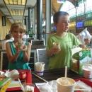 Děti se dočkaly ještě jednoho, neplánového, McDonalda. Ve Wroclawi, kde jsme přestupovali, je totiž jeden přímo v nádražní budově.