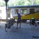 Ráno jedeme osobáčkem ze Żórawiny do Miedzylesie. Domů to máme asi 20 km, to už dojedeme po svých, abychom nemuseli platit drahou přeshraniční jízdenku.