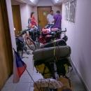 A pak zase nekonečné čekání na pasovou kontrolu. V chodbě panovalo neskutečné horko a lítali tam komáři.