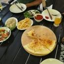 Gruzínská kuchyně byla vynikající. Chačapuri, saláty...