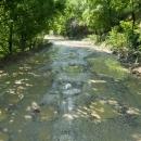 Mluvím o silnici, ale šlo o prašnou kamenitou cesta, místy díky neustálým dešťům bahnitou.