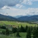 Ohlédnutí do údolí pod nás. Už jsme cca 1850 m vysoko. Níže se staví jakési resorty.