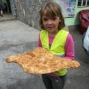 Chléb stál 1 lari (cca 6 Kč) a byl děsně žravej. Podobně jako francouzské bagety ve Franciii, museli jsme koupit minimálně dva. Jeden jsme sežrali hned, druhej jsme strčili pod gumicuk a snědl se během další zastávky