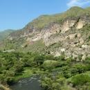 Vardzia - obydlí vytesaná do skalní stěny