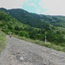Silnička se v serpentinách kroutí v prudkém svahu. Převýšení 500 metrů na osmi kilometrech... Klasická kameňačka...