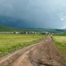 Jen jsme však z vesnice vyjeli, ohlédla jsem se - a to jsem neměla dělat! Nad horami čekala další vlna - ovšem mraky tentokrát mnohem tmavší.