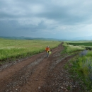 A další obec 8 kilometrů daleko, cesta navíc mírně stoupala opět po těch bezlesích pláních. Jak jsem je nenáviděla! Cestu lemovaly nízké dráty elektrického vedení, ale jinak nic, co by sloužilo jako ochrana cyklistů před bleskem - na těch travnatých pláních jsme vyčnívali a byli jednoduchým cílem.