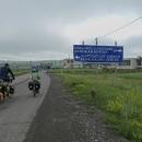 Další den jsme na křižovatce s ohromnou směrovkou odbočili směr Arménie.