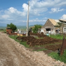 Na pozemcích u každého domu se sušily naskládané pyramidy dobytčího hnoje. Jiné topení zde prakticky neexistuje, stromy v okolí nerostou, dřevo není.