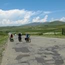 Po arménských silnicích nejezdilo mnoho aut, takže jsme měli prostor jet vedle sebe a povídat si.