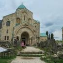 Katedrála Bagrati, která byla v roce 2010 zapsána na seznam UNESCO, ale díky údajně nevhodné rekonstrukci z něho byla po pár letech zase vyjmuta.