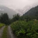 v tom se spustila očekávaná bouřka, pravá Kavkazská. Během minuty se naplnily všechny boční potůčky vodou, ze skal padaly vodopády - okolí se změnilo na syrové, nevlídné... a já už nefotila.