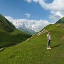 Stály jsme tam v obklopení zelených hor, za nimiž vyčuhovala nejvyšší gruzínská hora Šchara (alespoň myslím, že to byla ona).