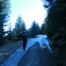 Stoupáme na hřeben. První zbytky sněhu se začínají objevovat kolem 950 m n. m. Víťa prská, na co si musel brát ty pohorky.