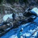 Asi nejblbější úsek. Překonat potok a vylézt na stráň se sněhem. Ale naštěstí tady někdo šel, tak jsme šli po jeho stopách a nemuseli cestu hledat.
