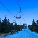Ve vrcholové části Šeráku vede skoro po rovině a sněhu je na ní ještě dost, ale je uježděný a tvrdý