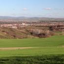 V mírně zvlněné krajině je výhoda, že když se vyleze pár metrů, hned se objeví výhledy. Obec Milotice a za ním pohoříčko Ždánický les.