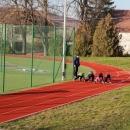 Po obědě jsme auty přejeli do obce Kobylí, kde u školy bylo sportovní hřiště. Luděk to dětem odpočítal: 3, 2, 1, start