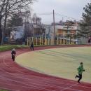 Zahřívací kolečko na školním hřišti - Víťa s Šárkou dokázali, že něco z toho našeho sportování uplatní.