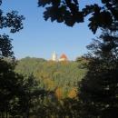 Kokořínsko je oblast nazvaná podle hradu Kokořín. Nebo se Kokořín jmenuje podle Kokořínska? Každopádně je hrad ukrytý v hlubokých lesích a není moc míst, odkud by na něj bylo vidět.