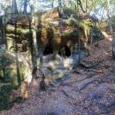 Jde o oblast plnou pískovcových skal, převisů, tajemných roklí, skalních obydlí, jeskyní, hradů... zkrátka takový malý ráj.