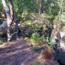 Napojujeme se na tzv. Cinibulkovu stezku, která nás provede pěkným skalním městem (pod námi)