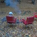 Navečer si v kempu chceme opéct buřty, jen není na čem sedět, chatky jsou docela mizerně vybaveny. Musely jsme si za tímto účelem vynosit koženkové židle zevnitř :-)