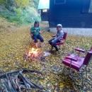 A ještě ohniště vyhrabat zpod listí.