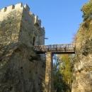 Přístup do hradu po dřevěném mostě