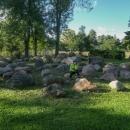 Expozice bludných balvanů švédského, baltského a finského původu, které byly ve čtvrtohorách do podhůří Hrubého Jeseníku transportovány kontinentálním ledovcem. Byly sesbírány v okolí a převezeny sem k Vidnavě.