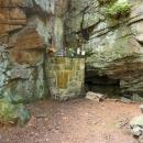Venkovní oltář. Rejvízská Lurdská jeskyně není jeskyně v pravém slova smyslu.