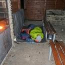 Jediná nevýhoda byla hrbolatá podlaha, takže jsme si nakonec s Víťou postavili stan před přístřeškem, Šárka s tátou spali vevnitř.